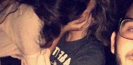 Namiętny pocałunek na imprezie. To zdjęcie skrywa okrutną prawdę