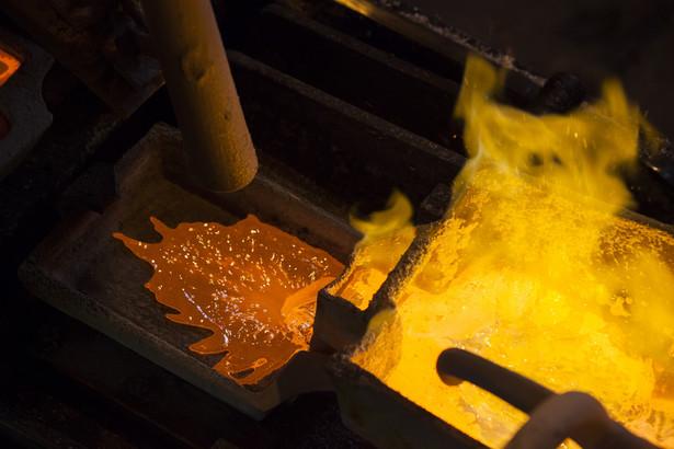 Huta Miedzi Głogów: roztopione srebro wlewane jest do formy