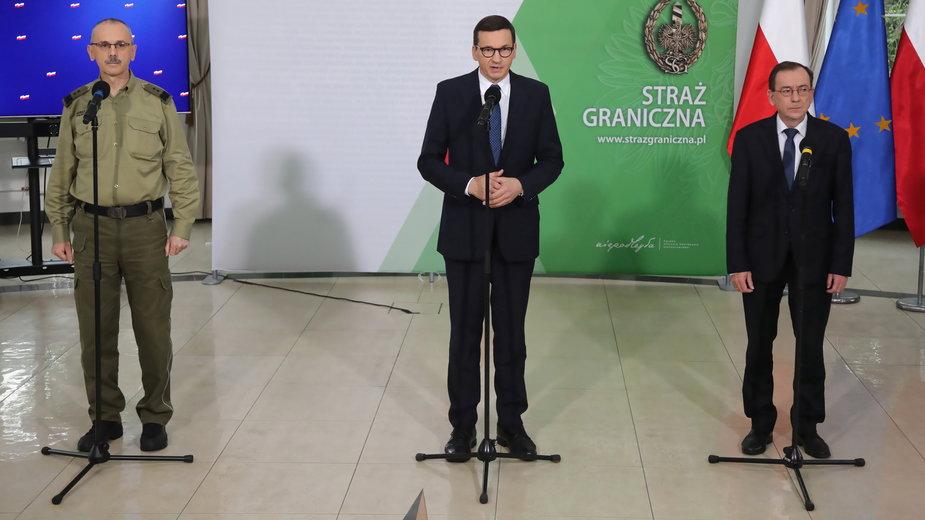 Szef Straży Granicznej Tomasz Praga, premier Mateusz Morawiecki oraz szef MSWiA Mariusz Kamiński