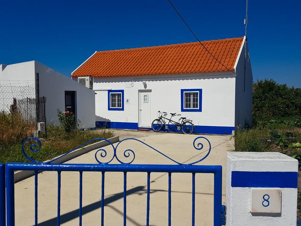 Casebres – pełna spokoju niewielka wieś z tradycyjnymi białymi domami ozdobionymi niebieskimi lub żótymi pasami