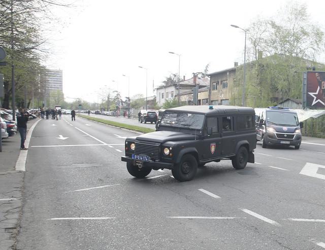 Policija je blokirala ulice oko suda dok je u pratnji žandarmerije dovezen optuženi Radomir Marković