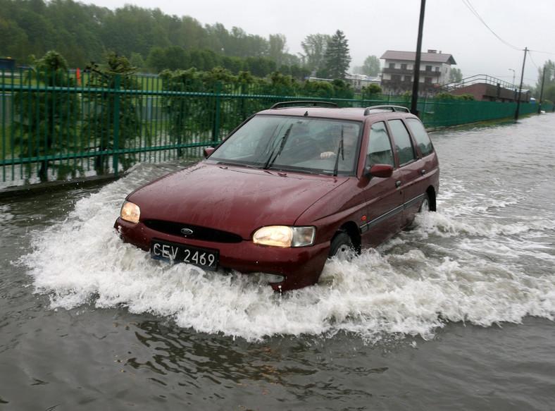 Zobacz, co zrobić z zalanym autem