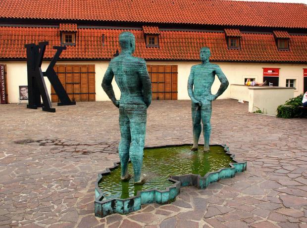 Praga, Sikające postacie - rzeźba Davida Cernego przed Muzeum Kafki na Malej Stranie