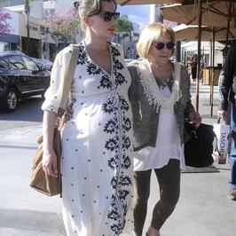 Milla Jovovich z dużym brzuchem spaceruje z mamą