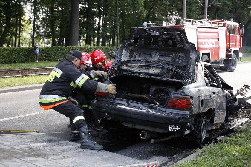 W tym wypadku BMW uderzyło w drzewo