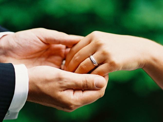U Srbiji na dan svadbe leti sito na krov: A u ovoj zemlji kravatu mladoženje seku na deliće