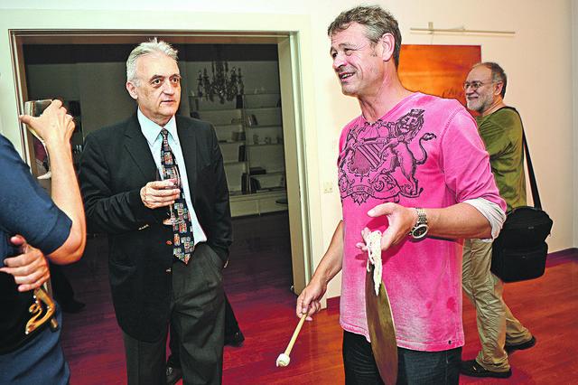 Ambasador Žan-Danijel Ruh udarcima gonga označio početak performansa