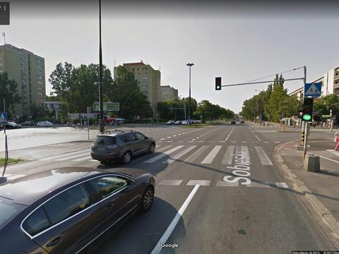 d05fca0ddf Niepokojący incydent na warszawskim Mokotowie. Ktoś oblał podejrzaną  substancją siedzącą w samochodzie kobietę. Zrobił to przez uchylone okno.