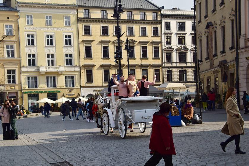 Roznegliżowani turyści z Wielkiej Brytanii w Krakowie