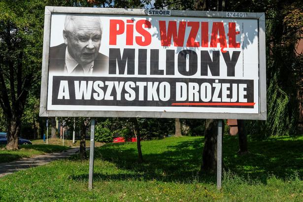 Billboard przeciwko PiS sfinansowany przez koalicyjny komitet wyborczy Platforma Nowoczesna Koalicja Obywatelska