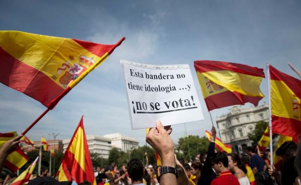 Organizatorzy sobotnich zgromadzeń sprzeciwiają się dążeniu rządu w Barcelonie do ogłoszenia niepodległości regionu w następstwie potępianego przez władze centralne referendum.