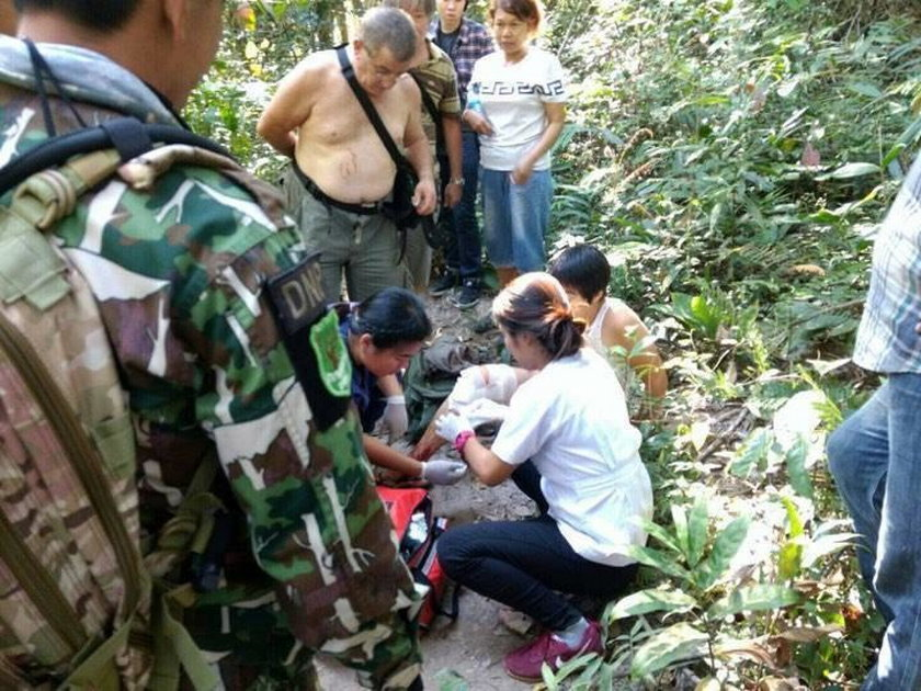 Lokalne media opublikowały zdjęcia strażników, którzy nieśli na noszach kobietę z zabandażowaną nogą