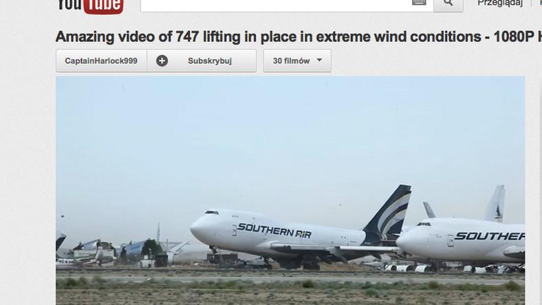 Wiatr podnosi potężny samolot
