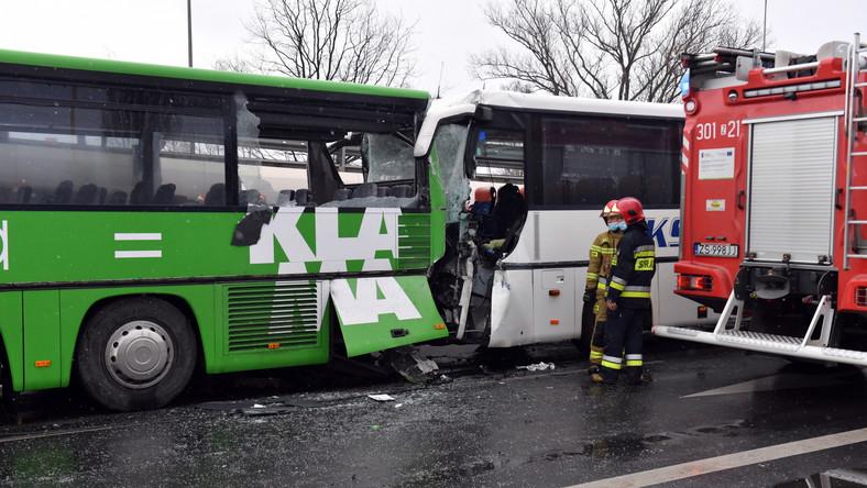 Miejsce zderzenia dwóch autobusów na ul. Gdańskiej w Szczecinie. W wypadku zostało poszkodowanych ok. 20 żołnierzy. Kierowca jednego z autobusów został zakleszczony w pojeździe