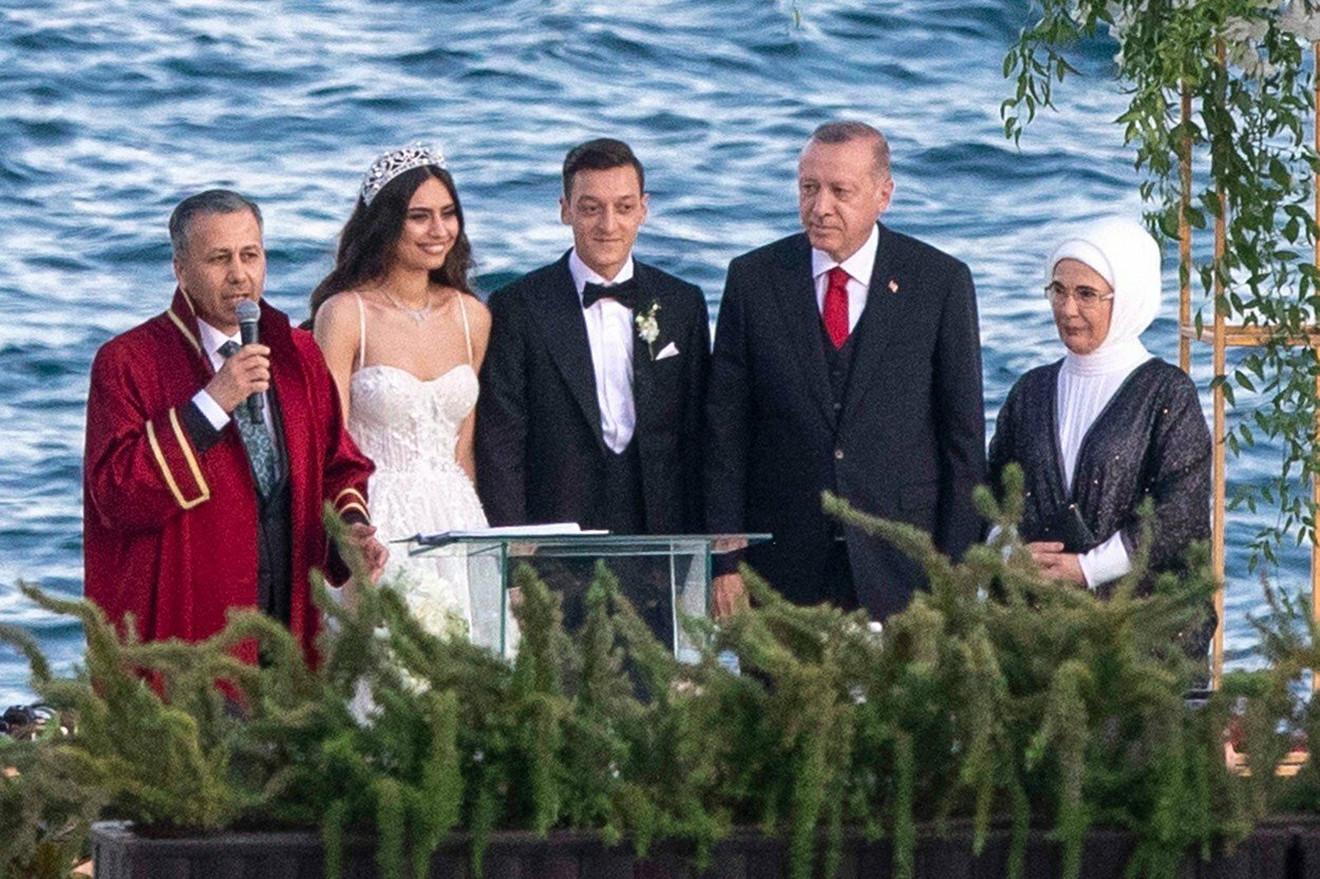 Mesut Ozil i Amina Gulsa sa prvim  parom Turske