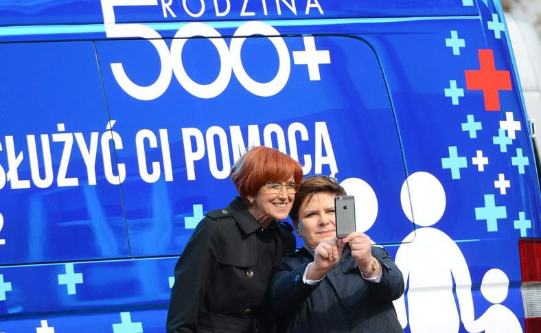 """Minister Elżbieta Rafalska i premier Beata Szydło robią sobie """"selfie"""""""