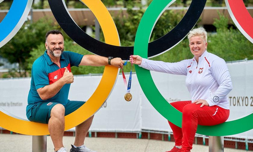 Anita Włodarczyk i jej trener Ivica Jakelić świętują złoty medal w Tokio 2020