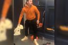 """LUDNICA U AMERIČKOJ SVLAČIONICI Kad Zlatan Ibrahimović """"odvrne"""" zvučnike i zapeva """"Samo za tebe, Beograđanko mala!"""" /VIDEO/"""