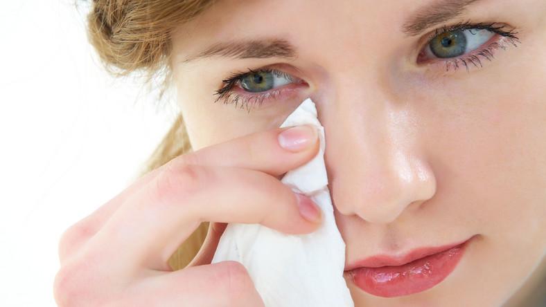 Kobieta ociera łzy