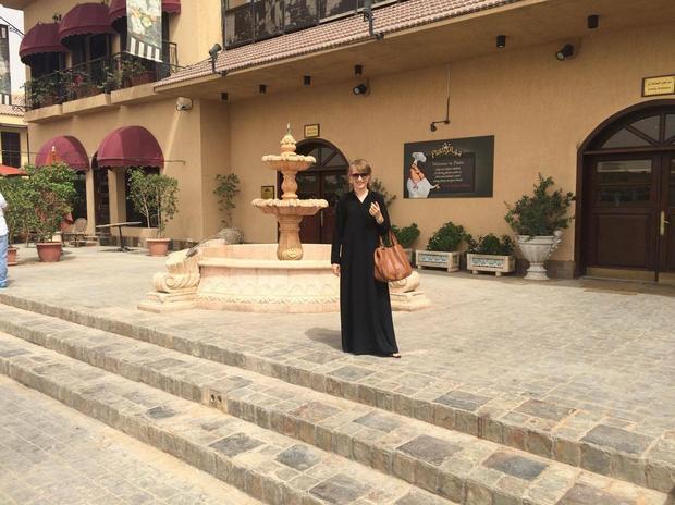 Joanna Krzystek w abai przed ulubioną włoską restauracją Piato