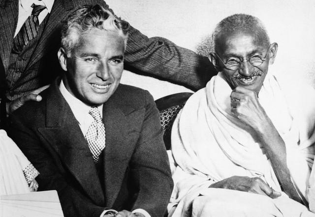 Čarli Čaplin u društvu Mahatme Gandija