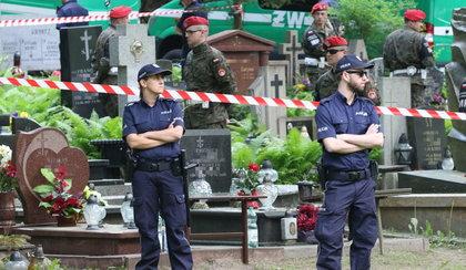 Uderzają w Kaczyńskiego ekshumacjami. Taki film pokazuje Platforma