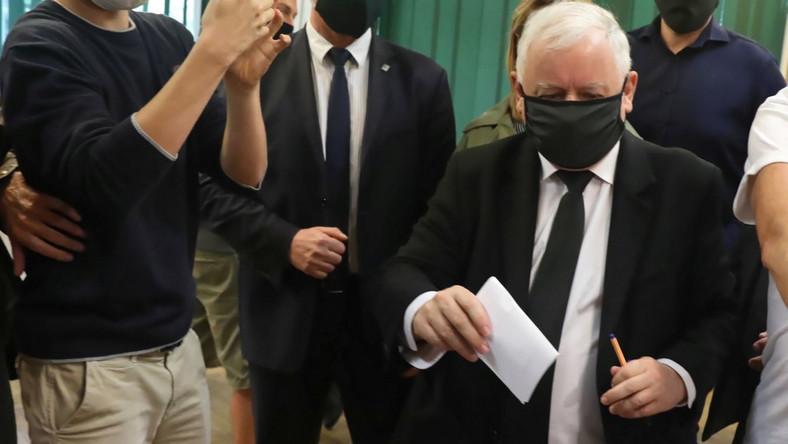 Jarosław Kaczyński głosuje