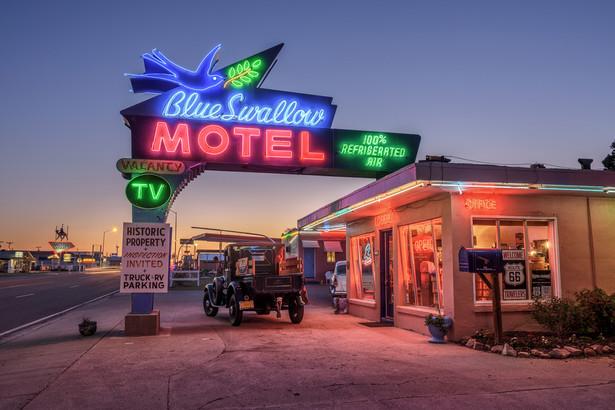 """""""Znam pewnego mężczyznę, żonatego i z dwójką dzieci, który wiele lat temu kupił pod Denver motel z dwudziestoma jeden pokojami po to, żeby podglądać swoich gości."""""""