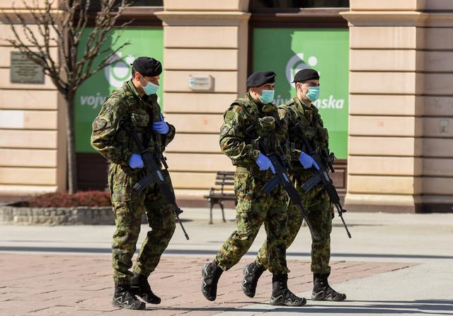 Angažovana vojska nosi lično oružje i tu su da pre svega zaštite bolnice