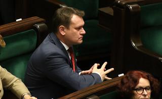 Dominik Tarczyński zdobył mandat, ale do Brukseli na razie nie jedzie