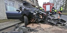 Auto wbiło się w dom. Pasażerka trafiła do szpitala