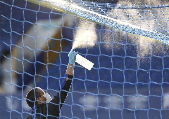 Deinfekcija gola pred početak derbija Everton - Liverpul