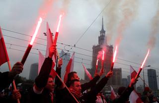 Marsz narodowców w Warszawie. Race, stadionowe przyśpiewki, morze flag
