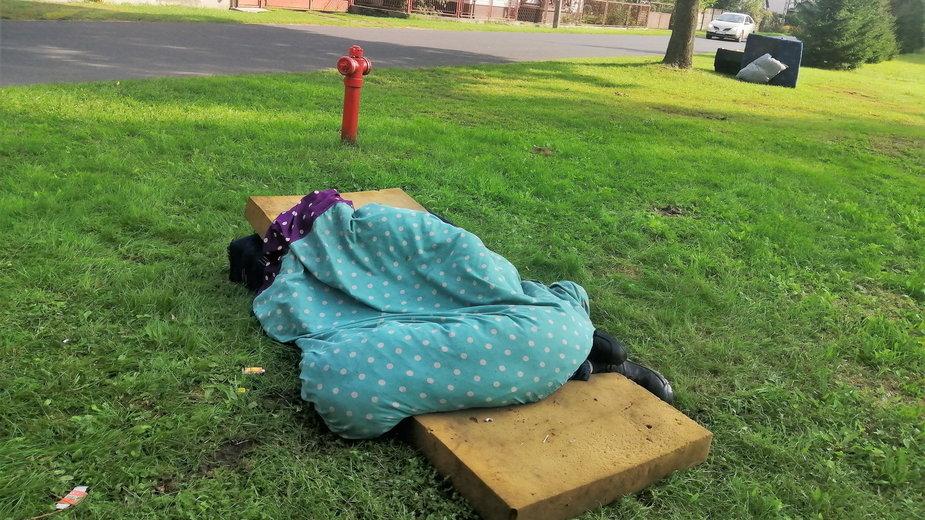 Mężczyzna od kilku dni śpi na trawniku pod gołym niebem