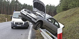 Wypadek pod Zieloną Górą. Auto zawisło na barierkach