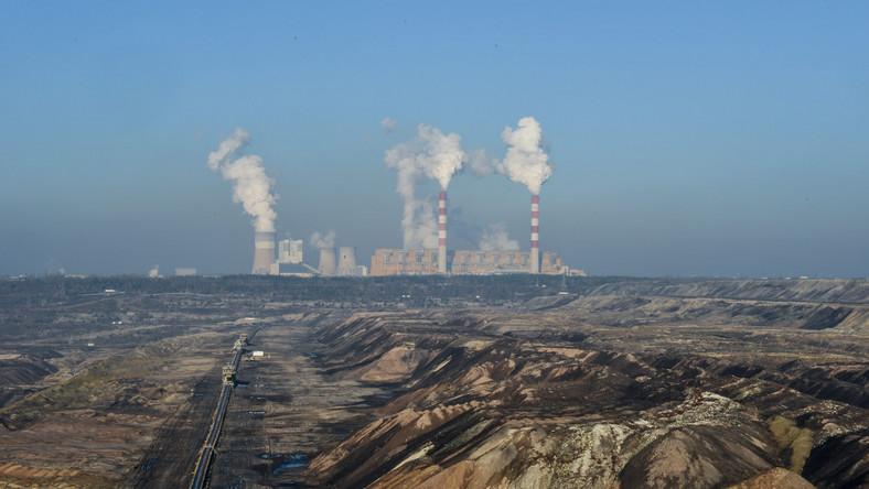 Nad wszystkim góruje snujący się powoli dym z kominów elektrowni Bełchatów, zasilanej węglem brunatnym z kopalni odkrywkowej. Punkt widokowy, z którego można w całej okazałości zobaczyć, jak potężna jest to kopalnia, jest jedną z turystycznych atrakcji miejscowości.