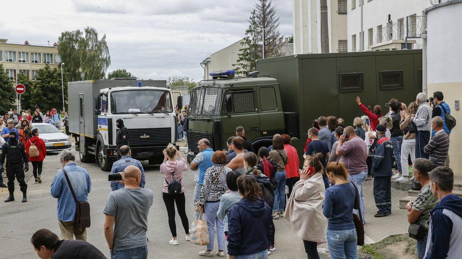 Na zdjęciu w Mińsku bliscy zatrzymanych w protestach, czekają na informacje