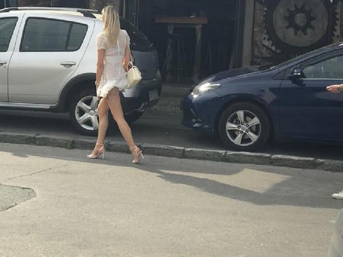 Ova lepotica je UPRAVO zaustavila saobraćaj na Dorćolu: Jedan detalj je bio presudan za to