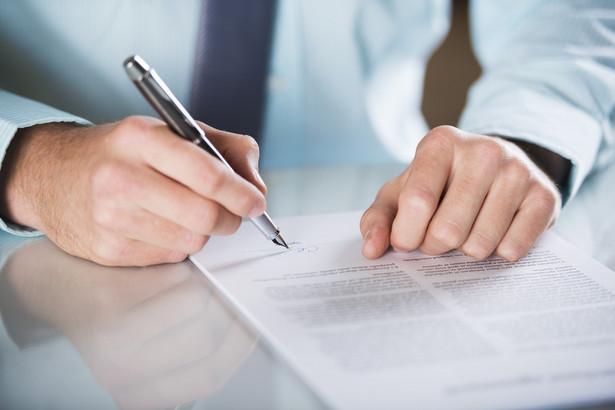 Jeśli już zawrze się umowę i np. wysokość rachunku nie będzie odpowiadała ustaleniom wynikającym z umowy, otrzymamy zawyżoną fakturę, w pierwszej kolejności należy zgłosić reklamację do operatora.