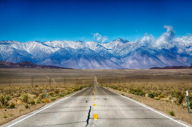 Droga w regionie łańcucha górskiego Sierra Nevada w Kalifornii