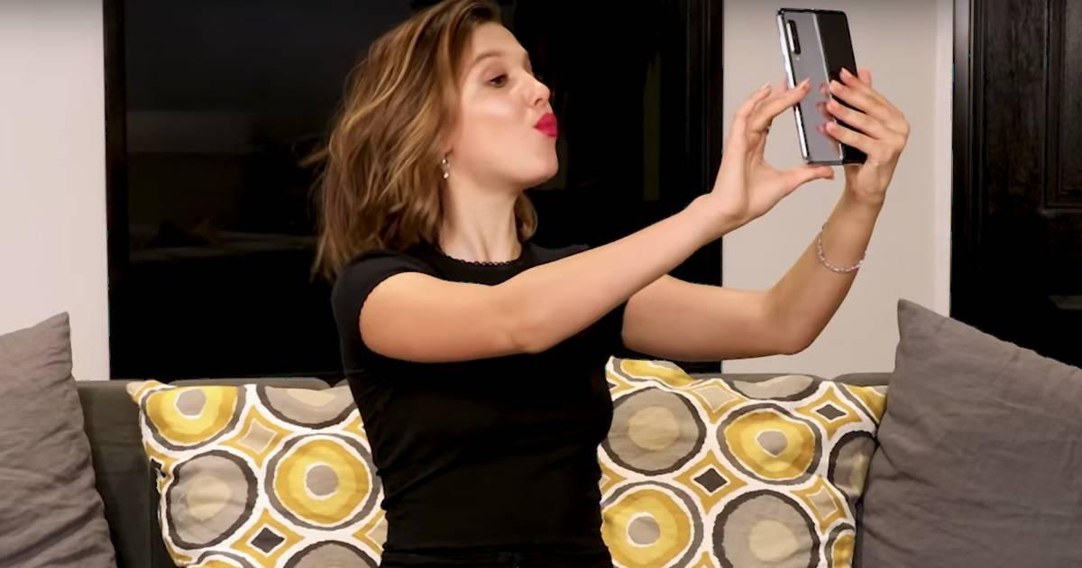 Millie Bobby Brown packt Samsungs neues Falt-Handy aus – und rastet komplett aus!