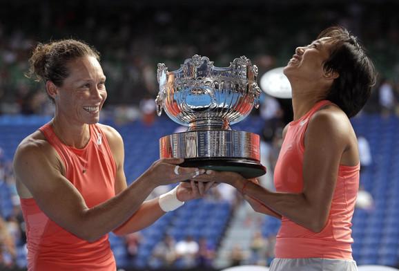 Šuai Žang i Samanta Stosur sa trofejom Australijan opena
