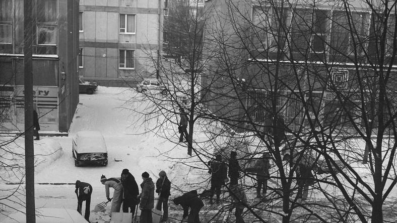 """A jak awaria Jedna goniła drugą, a działających systemów nie sposób było wskazać. Regularnie wyłączano prąd. Ciepłej wody też nie było, podobnie jak ciepłych kaloryferów. Nie kursowały autobusy, bo padały akumulatory ani np. tramwaje – z braku zasilania. """"W Warszawie z tysiąca państwowych taksówek rzekomo udało się uruchomić 700, jednak mieszkańców obsługiwało tylko kilkadziesiąt aut, ponieważ pozostałe oddano do przewozu pracowników elektrociepłowni i innych służb. Przez kilka dni polskie miasta wydawały się wymarłe"""", pisał historyk Marcin Zaremba w """"Polityce"""" w 2009 roku. Kłopot był nawet z wykorzystaniem zapasów – """"zamarzały podajniki węgla i same hałdy"""". Tak było np. w elektrociepłowni Kozienice. Surowiec pozyskiwano więc tradycyjnymi metodami, czyli z wykorzystaniem kilofów, łopat i taczek."""