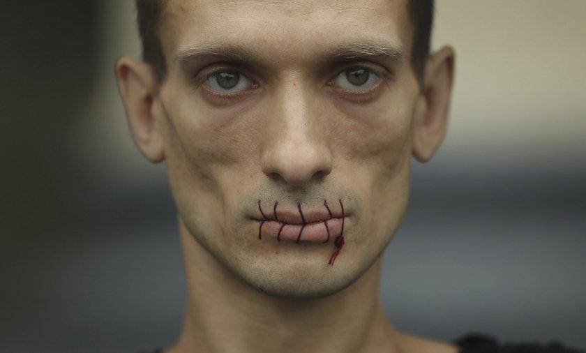 Rosyjski artysta zaszył sobie usta