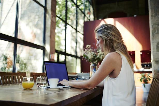 Firmy mają też różne podejście, jeśli chodzi o załatwianie prywatnych spraw w trakcie pracy.