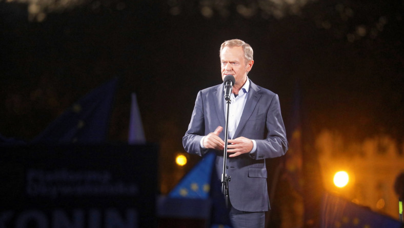 Lider Platformy Obywatelskiej Donald Tusk podczas manifestacji poparcia dla obecności Polski w Unii Europejskiej na pl. Zamkowym w Warszawie