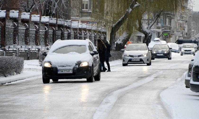 Uwaga na śnieg i oblodzenia. Ostrzeżenia dla dziesięciu województw
