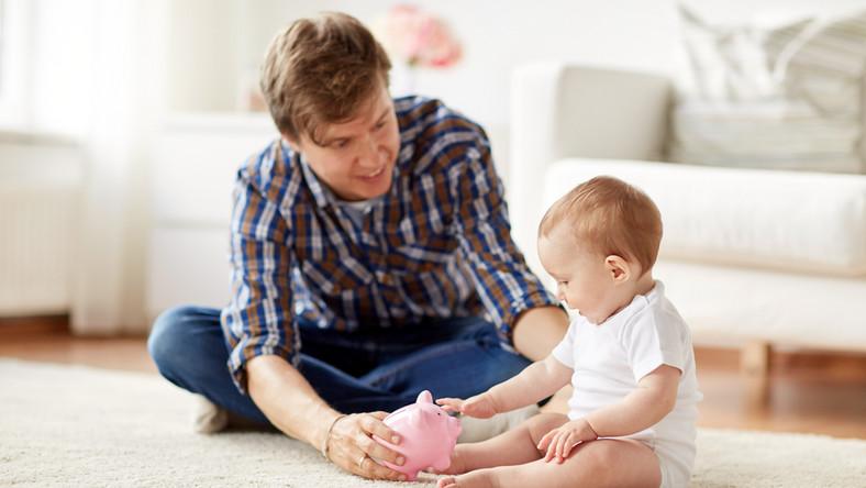 pieniądze dziecko niemowlę świadczenia ojciec fot. shutterstock