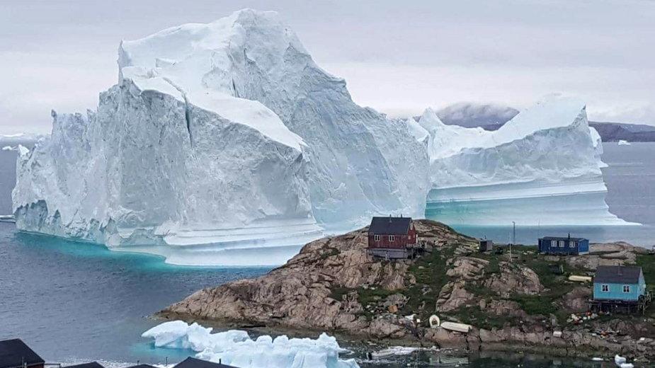 Grenlandzki krajobraz z górą lodową w tle