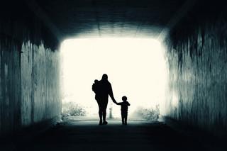 Samotne matki: Próżno ich szukać na marszach. Skupiają się, by przetrwać
